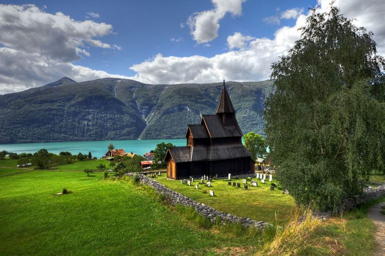 1024px-Stave_church_Urnes_-_panorama_HDR