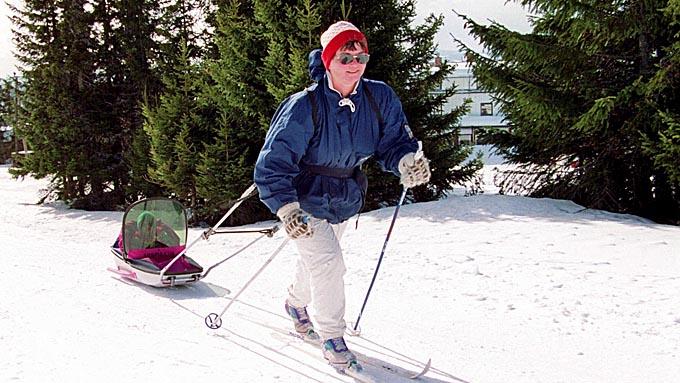 Barn i pulk. Vinter, snø, foreldre, barn, ski, sol, påske.