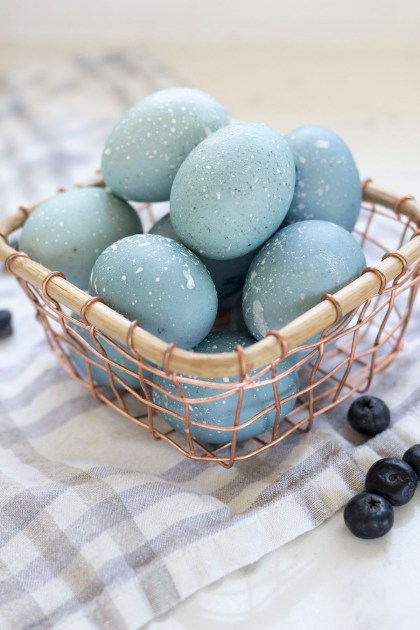 How-to-Dye-Easter-Eggs-with-Blueberries-4